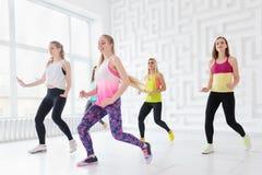 Grupo de mujeres jovenes felices que tienen una clase de danza de la aptitud Foto de archivo