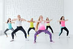 Grupo de mujeres jovenes felices que tienen una clase de danza de la aptitud Imagenes de archivo