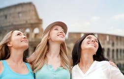 Grupo de mujeres jovenes felices sobre coliseo Imagenes de archivo