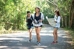 Grupo de mujeres jovenes hermosas que caminan en el bosque, Fotos de archivo