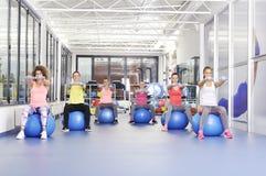 Grupo de mujeres jovenes hermosas que se resuelven en bolas azules de los pilates Fotos de archivo