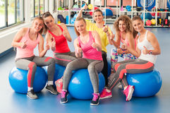 Grupo de mujeres jovenes hermosas que se resuelven en bolas azules de los pilates Fotos de archivo libres de regalías