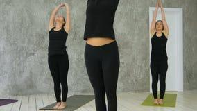 Grupo de mujeres jovenes que acaban el asana, yoga practicante almacen de video