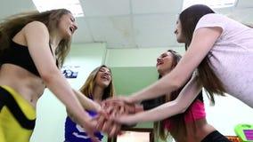 Grupo de mujeres jovenes que hacen ejercicios con pesas de gimnasia en club de fitness almacen de metraje de vídeo