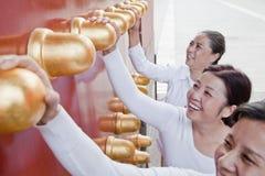 Grupo de mujeres maduras que se colocan al lado de la puerta del chino tradicional Fotografía de archivo libre de regalías