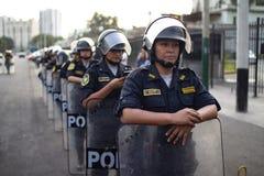 Grupo de mujeres peruanas de la policía en la marcha para el día de la mujer imagenes de archivo