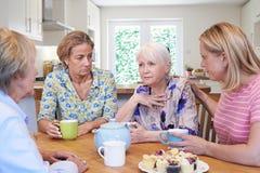 Grupo de mujeres que consuelan al amigo infeliz en casa Imagen de archivo libre de regalías