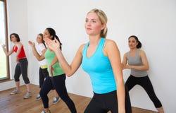 Grupo de mujeres que ejercitan en estudio de la danza Fotografía de archivo libre de regalías