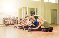 Grupo de mujeres que hacen aeróbicos del paso Foto de archivo libre de regalías