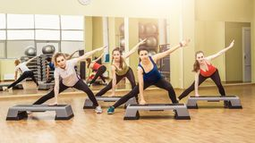 Grupo de mujeres que hacen aeróbicos del paso Imagenes de archivo