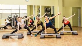 Grupo de mujeres que hacen aeróbicos del paso Fotos de archivo