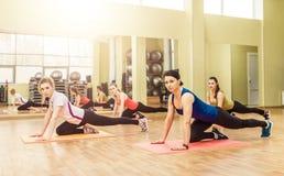 Grupo de mujeres que hacen aeróbicos del paso Imagen de archivo