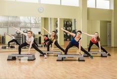 Grupo de mujeres que hacen aeróbicos del paso Fotografía de archivo