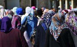 Grupo de mujeres que llevan los velos coloreados, cappadocia, pavo foto de archivo libre de regalías