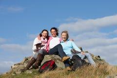 Grupo de mujeres que paran para el almuerzo en paseo del campo Fotos de archivo libres de regalías