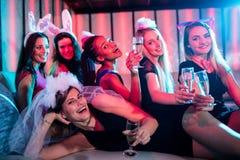 Grupo de mujeres que presentan con el vidrio de champán Fotografía de archivo libre de regalías