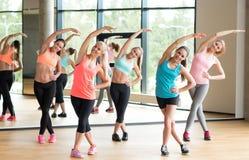 Grupo de mujeres que se resuelven en gimnasio Imagen de archivo