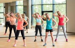 Grupo de mujeres que se resuelven en gimnasio Imagen de archivo libre de regalías