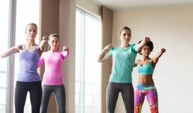Grupo de mujeres que se resuelven en gimnasio Fotografía de archivo libre de regalías