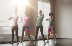 Grupo de mujeres que se resuelven en gimnasio Imagenes de archivo