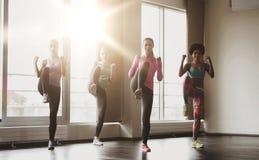Grupo de mujeres que se resuelven en gimnasio Fotografía de archivo