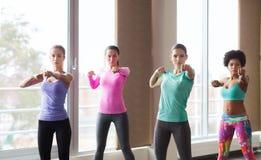 Grupo de mujeres que se resuelven en gimnasio Foto de archivo libre de regalías