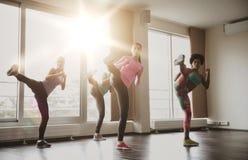 Grupo de mujeres que se resuelven y que luchan en gimnasio Fotografía de archivo