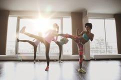 Grupo de mujeres que se resuelven y que luchan en gimnasio Imagenes de archivo