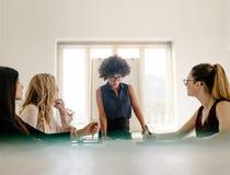Grupo de mujeres que tienen una reunión en la sala de reunión imágenes de archivo libres de regalías