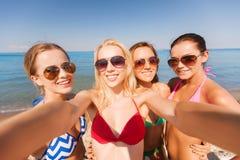 Grupo de mujeres sonrientes jovenes que hacen el selfie Imagenes de archivo