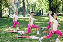 Grupo de mujeres sonrientes que hacen ejercicio Imagen de archivo