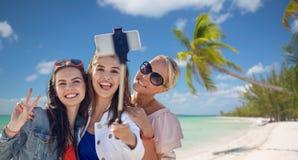 Grupo de mujeres sonrientes que toman el selfie en la playa Fotos de archivo