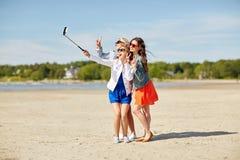 Grupo de mujeres sonrientes que toman el selfie en la playa Fotografía de archivo libre de regalías