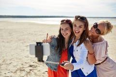 Grupo de mujeres sonrientes que toman el selfie en la playa Fotos de archivo libres de regalías