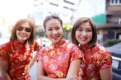 Grupo de mulher asiática que veste a emoção de sorriso toothy da felicidade da cara da roupa chinesa da tradição foto de stock royalty free