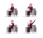 Grupo de mulher de negócio árabe que usa o dispositivo esperto no sofá ilustração do vetor