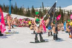Grupo de mulheres bonitas felizes novas em um snowboard no biquini colorido com bandeiras Foto de Stock Royalty Free