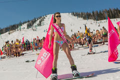 Grupo de mulheres bonitas felizes novas em um snowboard no biquini colorido com bandeiras Fotos de Stock Royalty Free