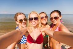 Grupo de mulheres de sorriso novas que fazem o selfie fotos de stock royalty free