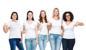 Grupo de mulheres diferentes felizes nos t-shirt brancos Imagens de Stock