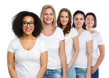 Grupo de mulheres diferentes felizes nos t-shirt brancos Foto de Stock