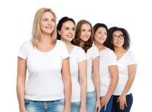 Grupo de mulheres diferentes felizes nos t-shirt brancos Fotos de Stock Royalty Free