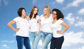 Grupo de mulheres diferentes felizes nos t-shirt brancos Fotografia de Stock Royalty Free