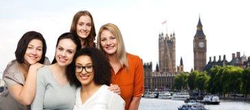 Grupo de mulheres diferentes felizes sobre a cidade de Londres Foto de Stock