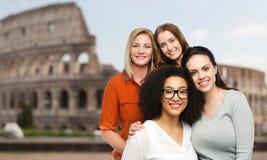 Grupo de mulheres diferentes felizes sobre o coliseu Foto de Stock Royalty Free