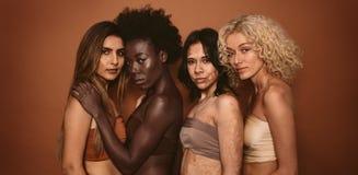 Grupo de mulheres diversas que estão junto