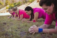 Grupo de mulheres do ajuste que exercitam no campo de treinos de novos recrutas Imagens de Stock