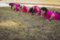 Grupo de mulheres do ajuste que exercitam no campo de treinos de novos recrutas Fotografia de Stock