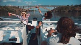 Grupo de mulheres felizes que relaxam a bordo de um barco Imagens de Stock