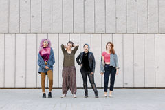 Grupo de mulheres frescas novas com estilos diversos Imagem de Stock